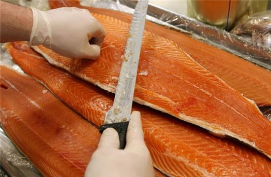 thịt cá hồi tự nuôi gây ung thư